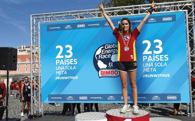 Activación de marca para las carreras de Bimbo Global Energy Race realizada en 23 países, Diseño de banner para el Podio de ganadores por Imaginity